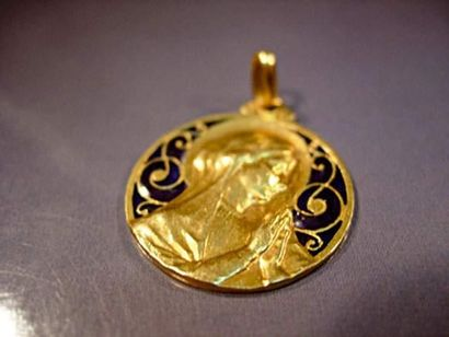 Médaille en or jaune ornée d'émaux plique...