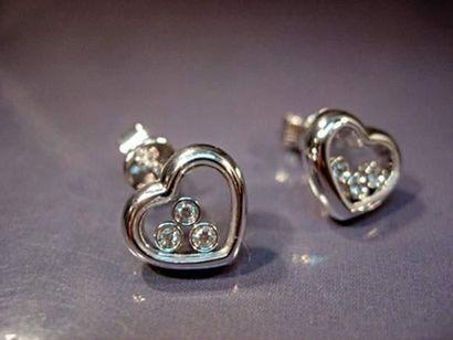 Paire de boucles d'oreilles cœurs en or gris...