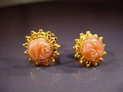 Paire de boucles d'oreilles en or jaune serties...