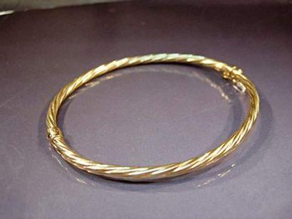Bracelet rigide en or jaune torsadé Poids...