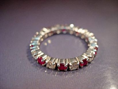 Alliance en or gris sertie de rubis (1 carat...