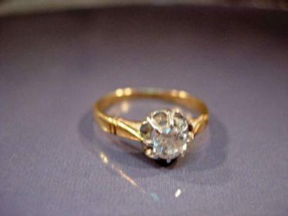 Bague en or et platine centrée d'un diamant...