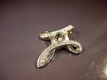 Croix en or gris 9K sertie de diamants, le...