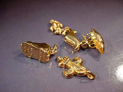 Lot de cinq breloques en or jaune Poids :...