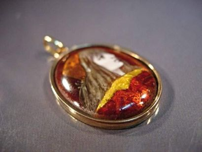 Pendentif en or jaune centré d'une miniature...