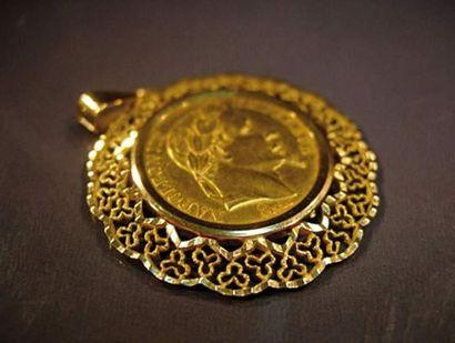 Pendentif en or jaune repercé serti d'une...