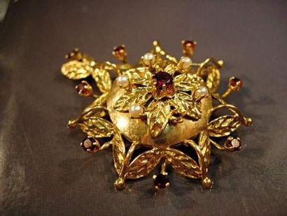 Broche pendentif rosace en or jaune ciselé...