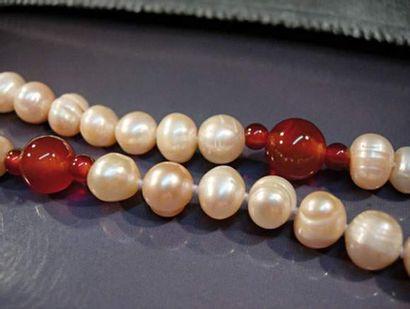 Sautoir de perles de culture roses et boules...
