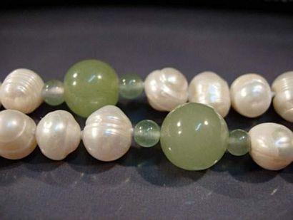 Sautoir de perles de culture et boules d'agate...