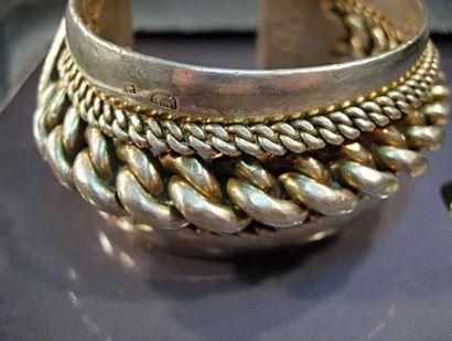Bracelet rigide en argent à rang de maillons...