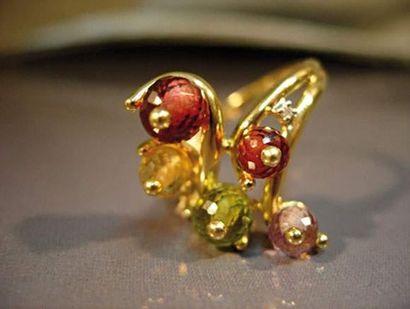Bague en or jaune sertie de pierres fines...
