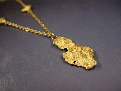 Collier en or jaune orné de maillons pépites...