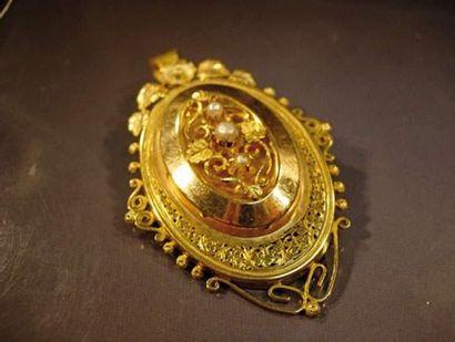 Médaillon broche en or de couleurs de forme...