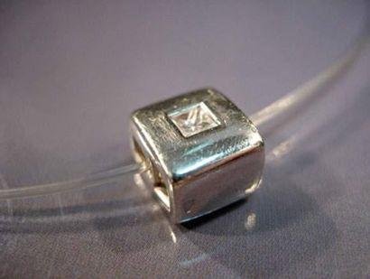 Collier fil et pendentif en or gris centré...
