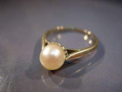 Bague en or gris centrée d'une perle de culture...