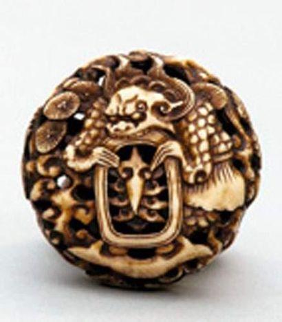 MANJU RYUSA en ivoire à décor d'un animal...