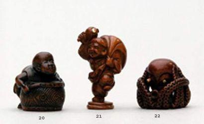 NETSUKE en bois à incrustations d'ivoire...