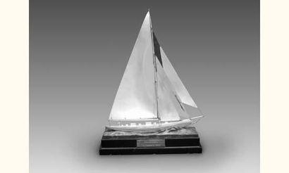 Prix de régate. Yacht en métal argenté sur...