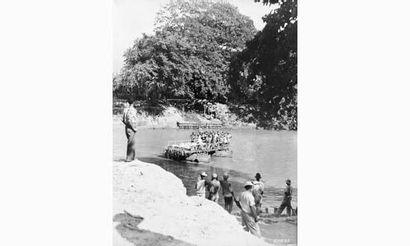 « Traversée de rivière par un bac, Birmanie...
