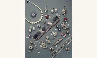 PHOTO 4 1. BROCHE, en or, saphirs et diamants (13 000 / 15 000 FF) 2. COLLIER de...