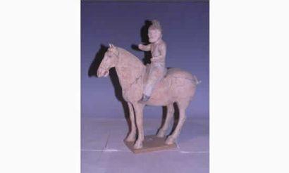 TANG Cavalier à cheval en terre cuite à engobe...