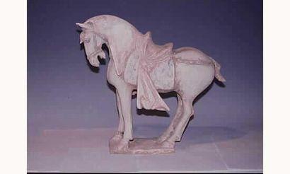 DYNASTIE TANG Figurant cheval richement sellé,debout,...