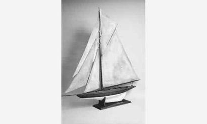 Maquette de yacht à gréément à corne. Coque...