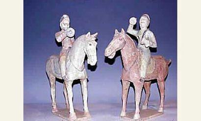 Remarquable groupe de deux musiciens à cheval,...