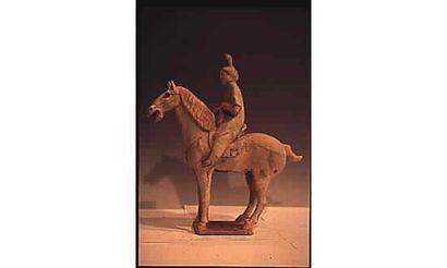 Dame de Cour à cheval en terre cuite à engobe...