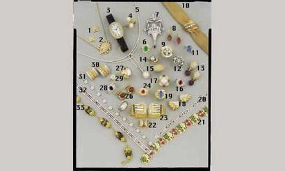1.BOUTONS D'OREILLE, en or et diamants baguette...