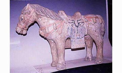 Exceptionnel cheval en terre cuite rose orangé....