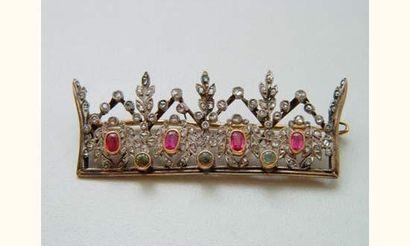 Délicate broche couronne en or, ornée de...
