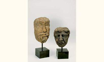 Tête sculptée en granit aux traits accusés...