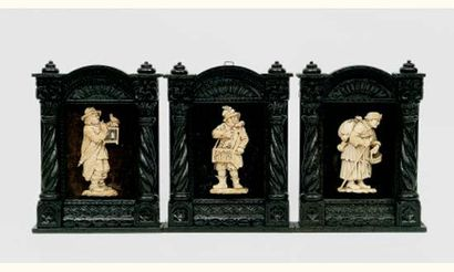 Trois personnages d'applique en ivoire sculpté...
