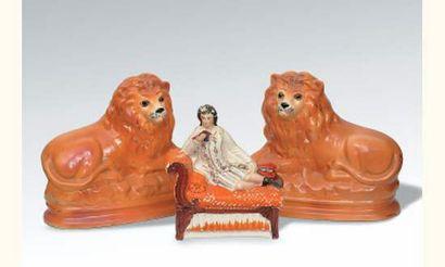 Staffordshire Paire de lions couchés sur...