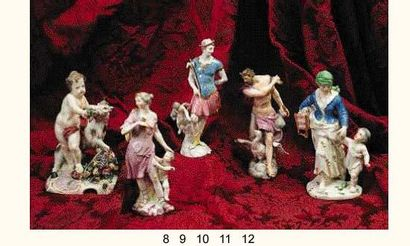 VIENNE : Grande figurine décorée en polychromie...