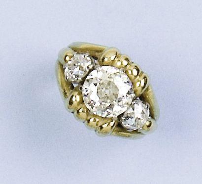 Bague en or jaune godronné ornée d'un diamant...