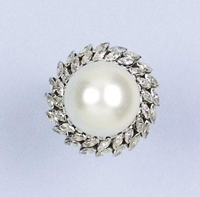 Bague en platine ornée d'une importante perle...