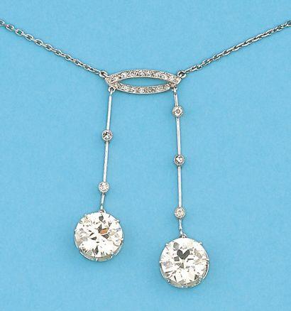 Collier négligé en or gris orné de deux diamants...
