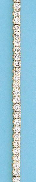 Bracelet ligne en or jaune orné de 61 diamants...