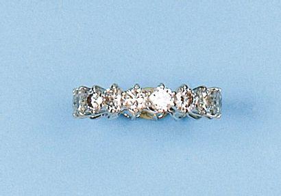 Alliance en or gris sertie de 18 diamants...