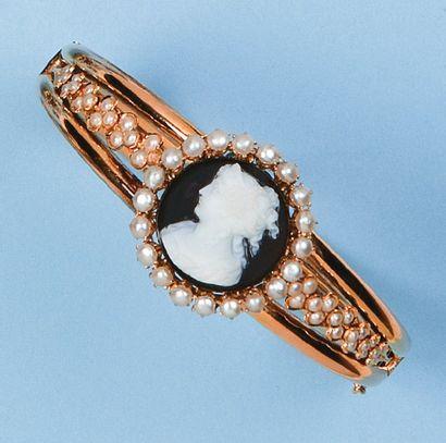 Bracelet rigide ouvrant en or rose orné d'un...