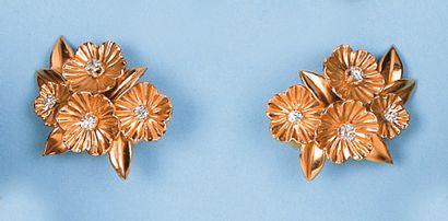 """Paire de boucles d'oreilles """"fleurs"""" en or jaune sertie de diamants. P. 12,1g."""