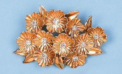 """Broche """"Fleurs"""" en or jaune sertie de diamants. P. 10g."""
