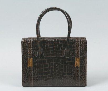 HERMES Paris Sac «Drag» en crocodile marron, fermoir plaqués or, double poignée,...