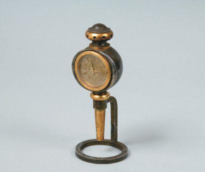HERMES Paris Pendulette «Lanterne», lunette ronde en bronze doré, cadran doré à index,...