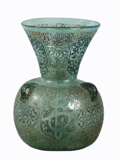 Lampe de mosquée à trois anses en verre verdâtre,...