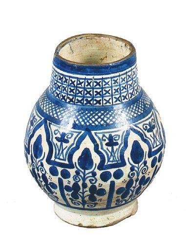 Vase à panse globulaire en faïence à décor...