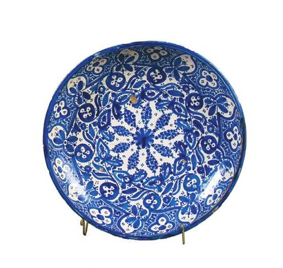 Plat, tobsil, en faïence à décor dit « bleu...