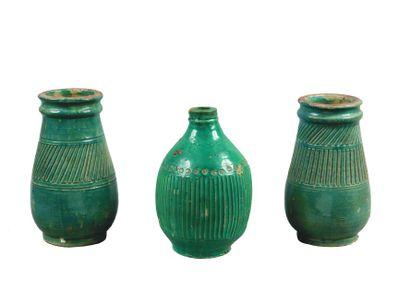 Trois vases piriformes à cols annelés en...